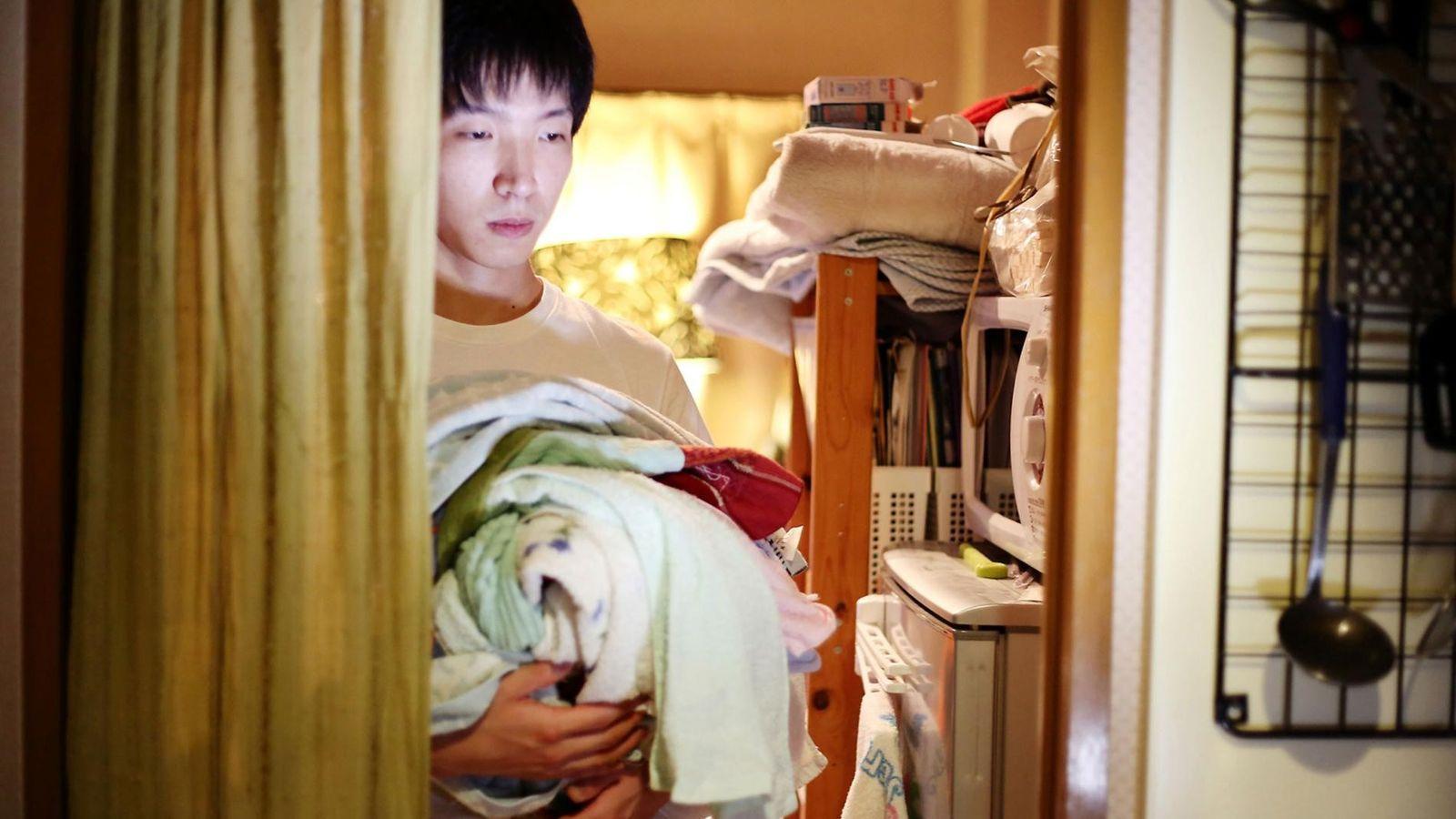 Fuminori Akoa, 29 ans, vit dans sa chambre depuis un an. La photographe Maika Elan lui ...