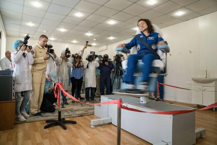L'astronaute de la NASA Jessica Meir tournoie sur une chaise rotative afin de tester son système vestibulaire, ...