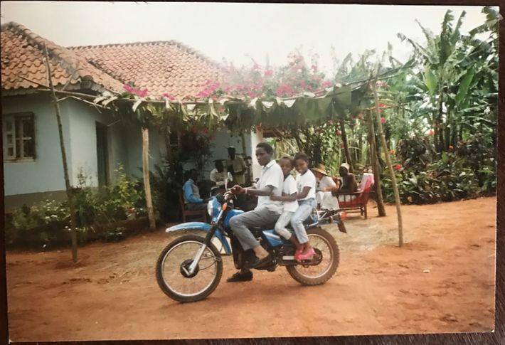1991 : Jessica Nabongo sur une moto avec son père et l'une de ses sœurs lors d'un ...