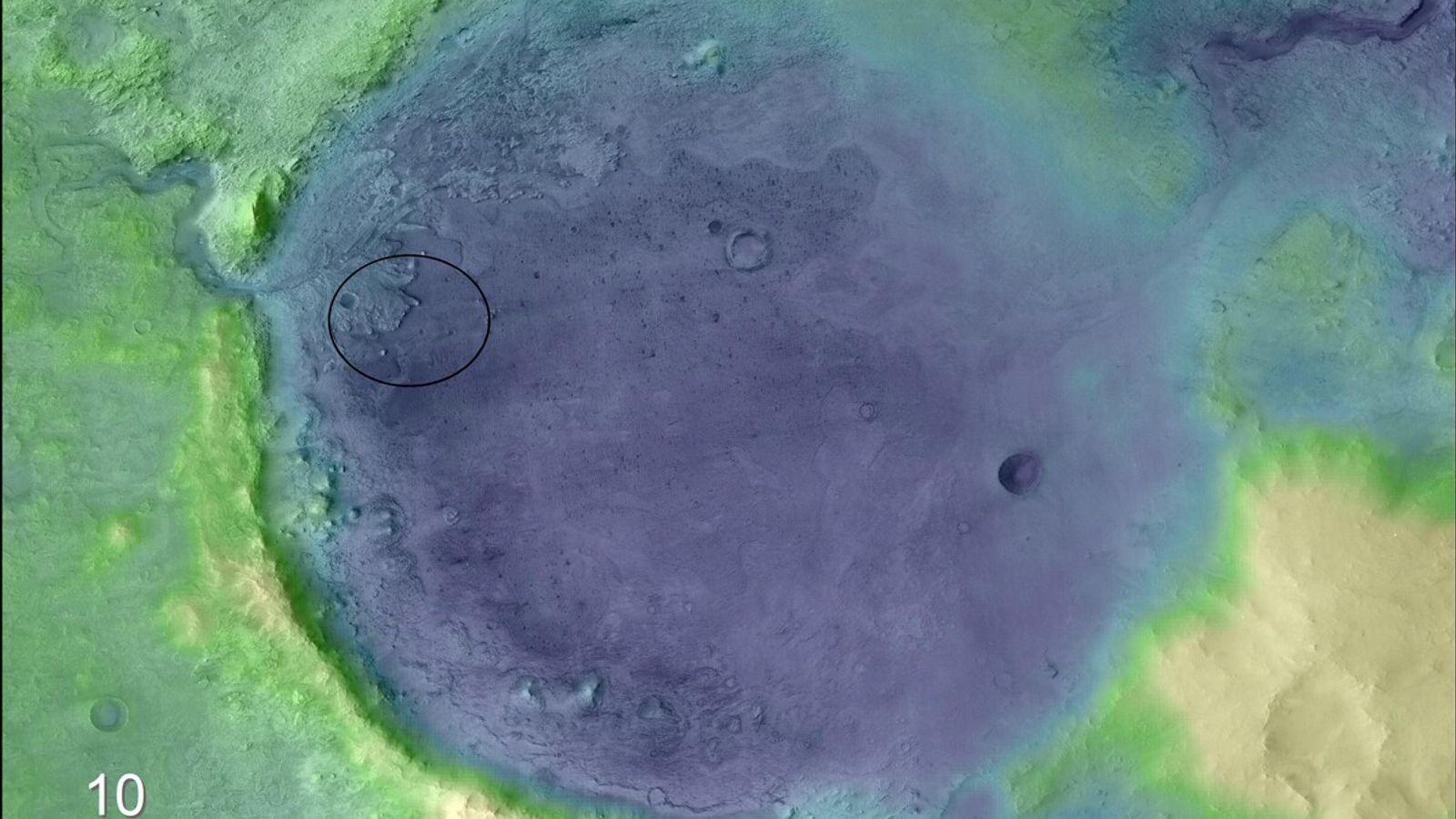 La couleur ajoutée à cette image permet de faire ressortir clairement le bord du cratère et ...