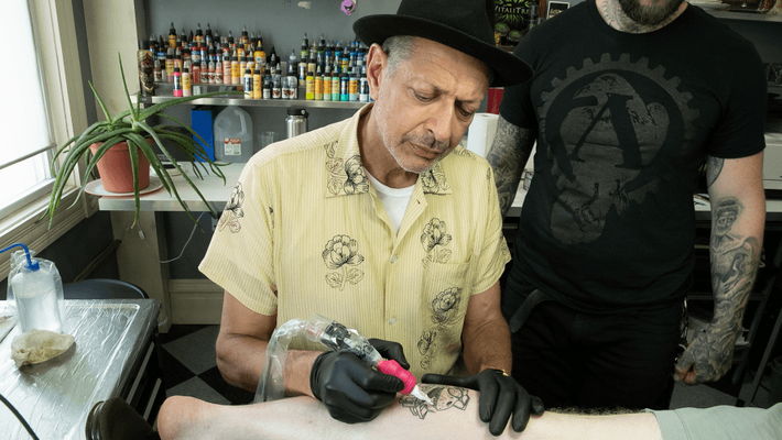 Les tatouages sont l'un des sujets explorés par Jeff Goldblum dans cette nouvelle série, dans laquelle ...
