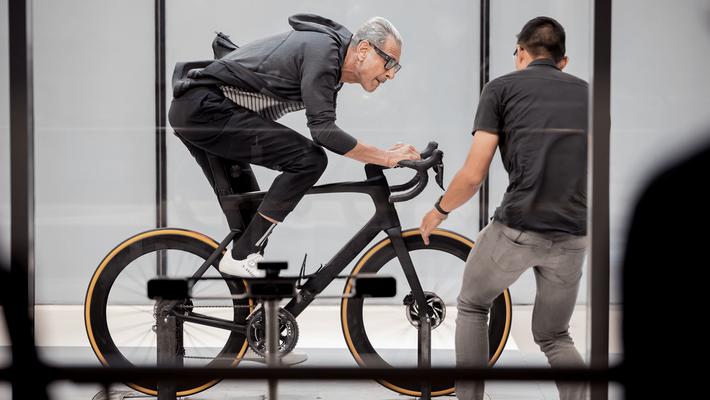 Les vélos font partie d'une série d'objets idiosyncratiques que Goldblum teste dans la nouvelle série documentaire ...
