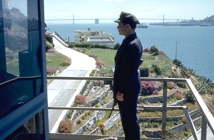 Sur cette photo datant de 1962, un officier anonyme surveille les jardins en terrasse fréquemment entretenus ...
