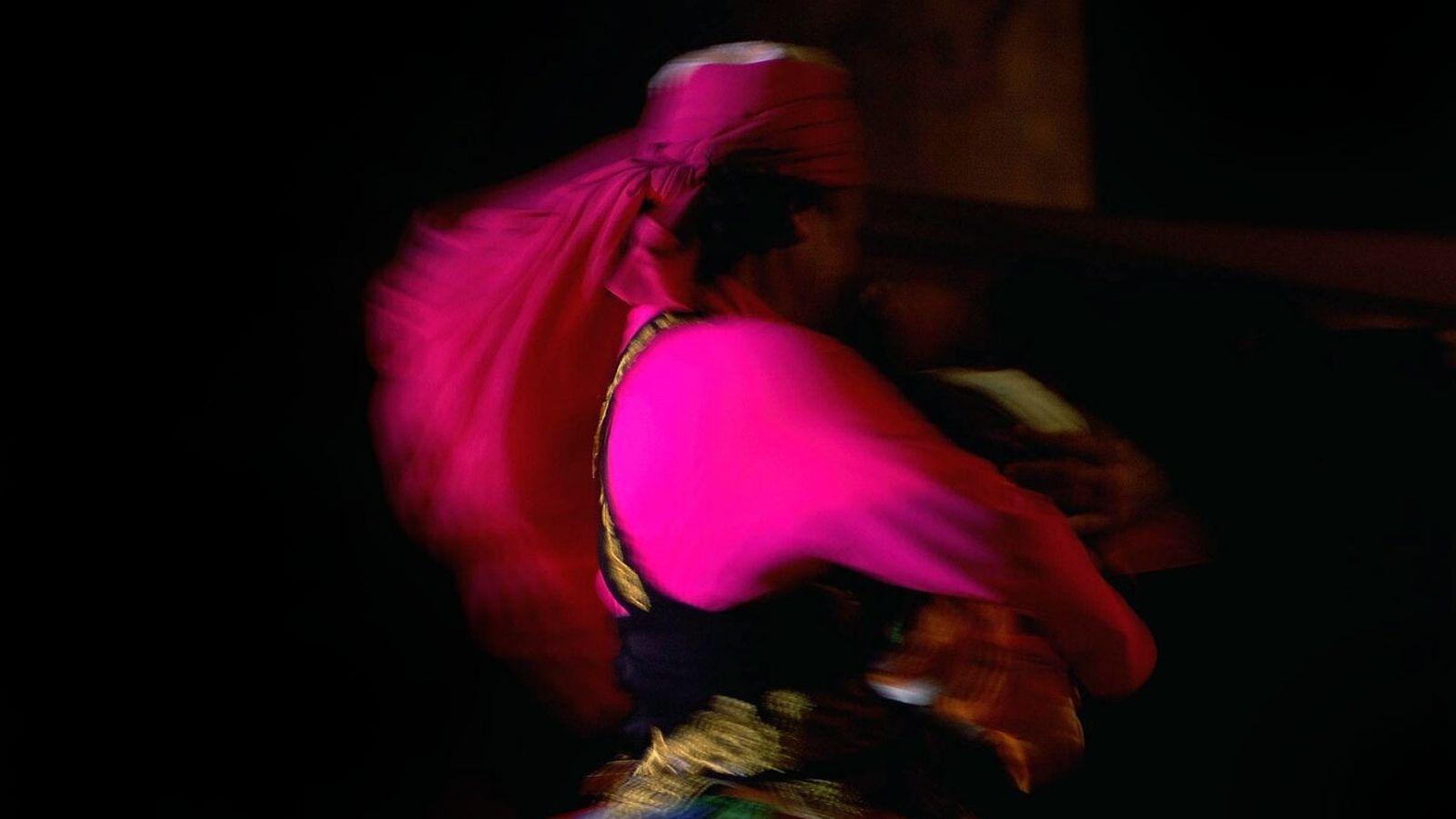 Une danseuse derviche virevolte au Bab Al Shams Desert Resort and Spa de Dubaï, aux Émirats ...