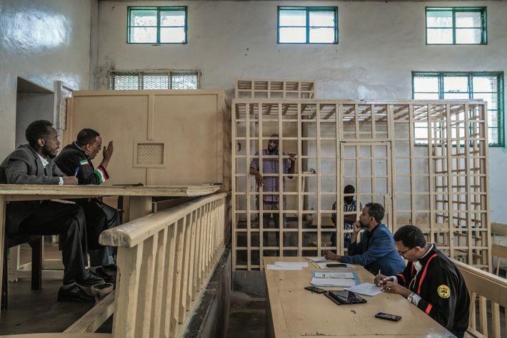 Cabdi Xayawaan, jugé à Hargeisa pour trafic de guépards, se tient derrière les barreaux du box, ...