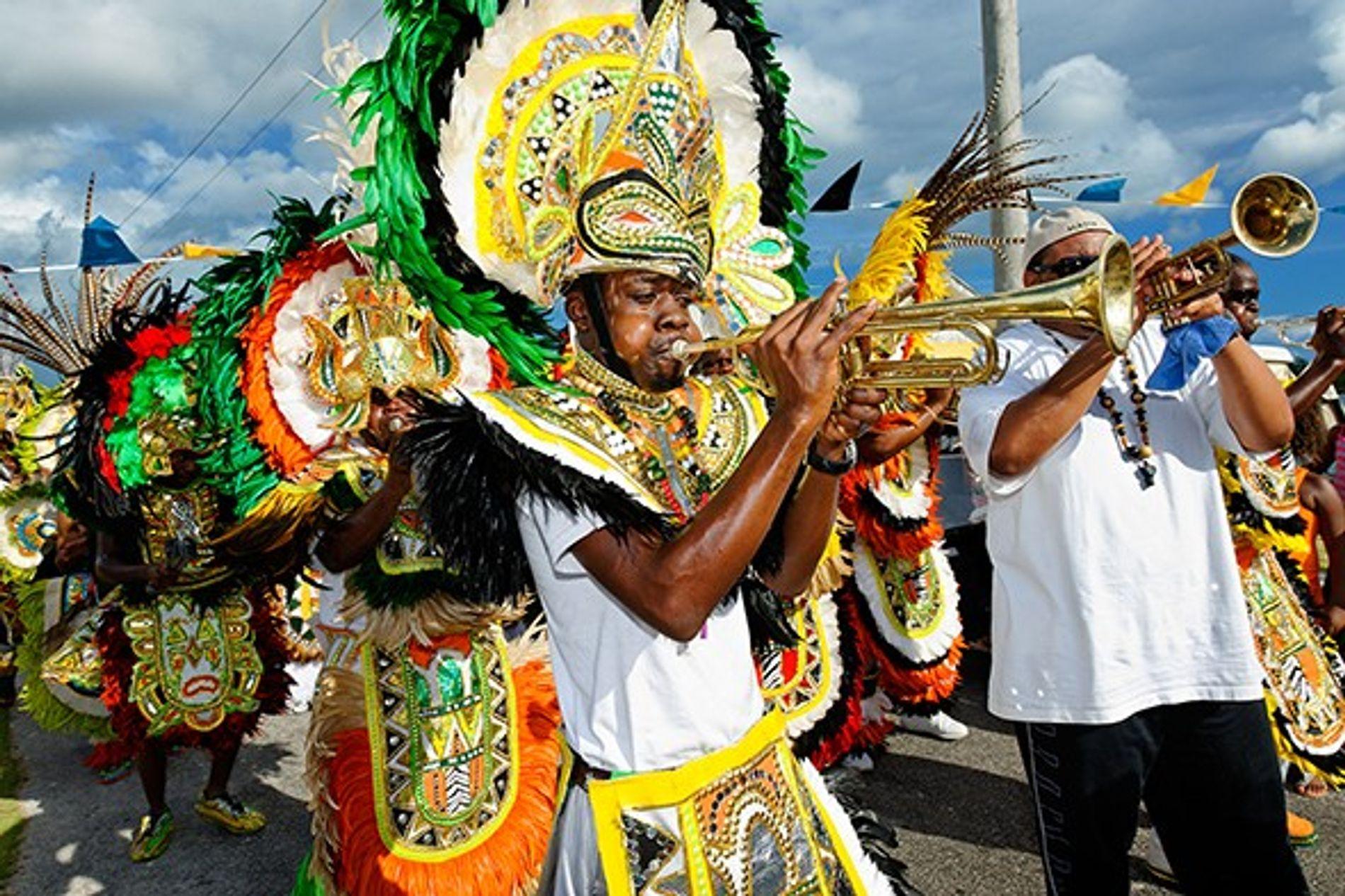 Junkanoo a lieu aux Bahamas depuis le 17e siècle. Ici, des locaux paradent dans les rues ...