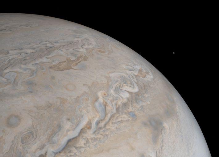 Sur ce cliché pris par Juno, la sonde de la NASA, la lune Io se lève ...