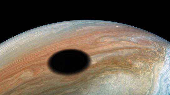 Lune de Jupiter, Io est un monde volcanique qui effectue une révolution autour de la planète ...