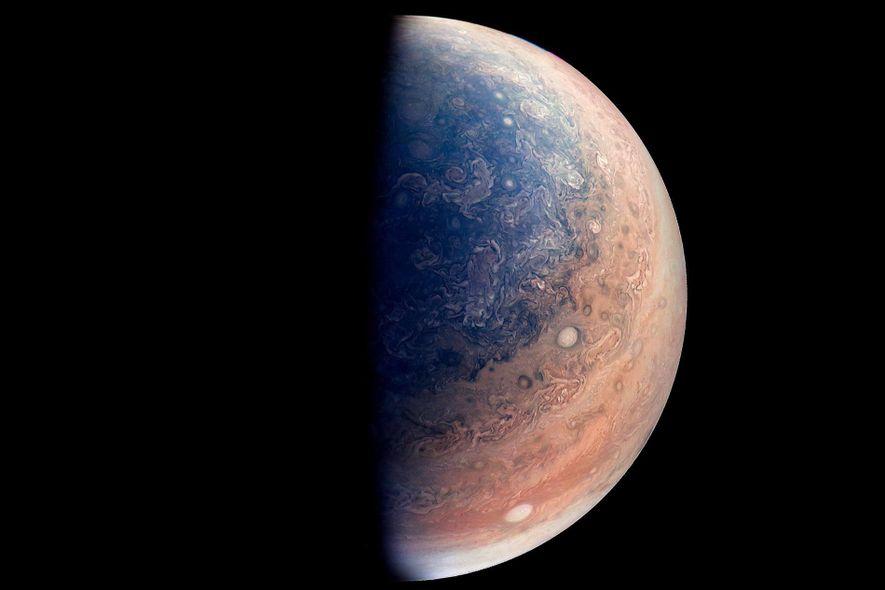 Cette vue (dont les couleurs ont été améliorées) du pôle sud de Jupiter a été créée ...