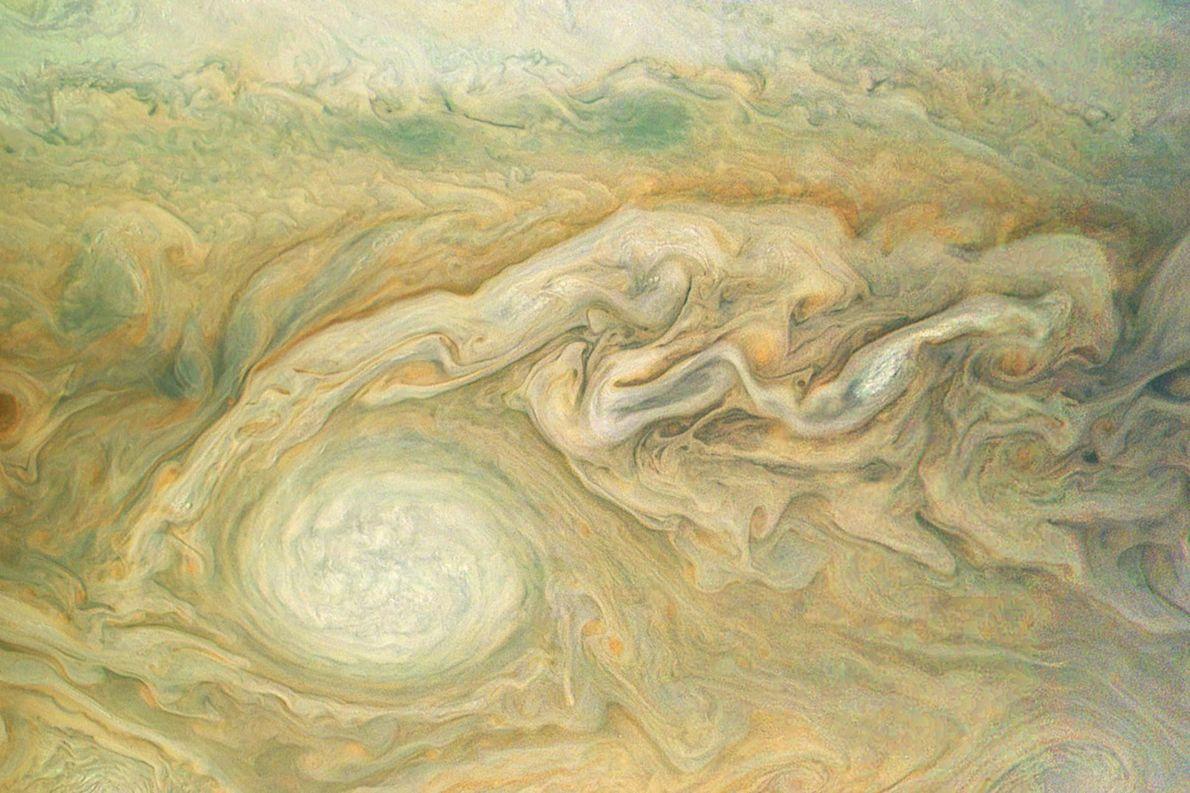 Cette image de Jupiter, prise par le vaisseau spatial Juno, met en lumière l'un des systèmes ...
