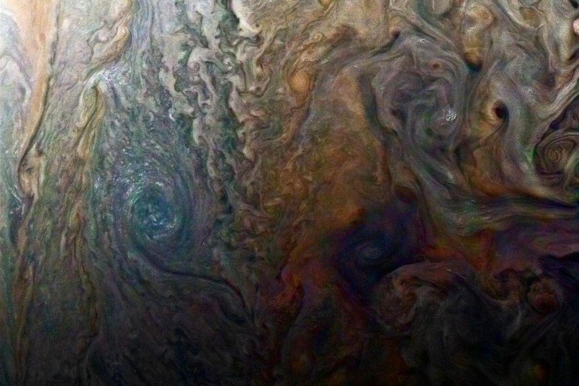 Cette image d'un mystérieux point sombre sur Jupiter, aux couleurs accentuées, semble révéler une « galaxie ...