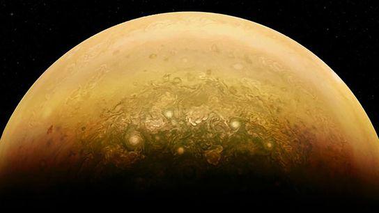 La partie de Jupiter illuminée par le soleil et son atmosphère tourbillonnante scintillent sur cette image ...