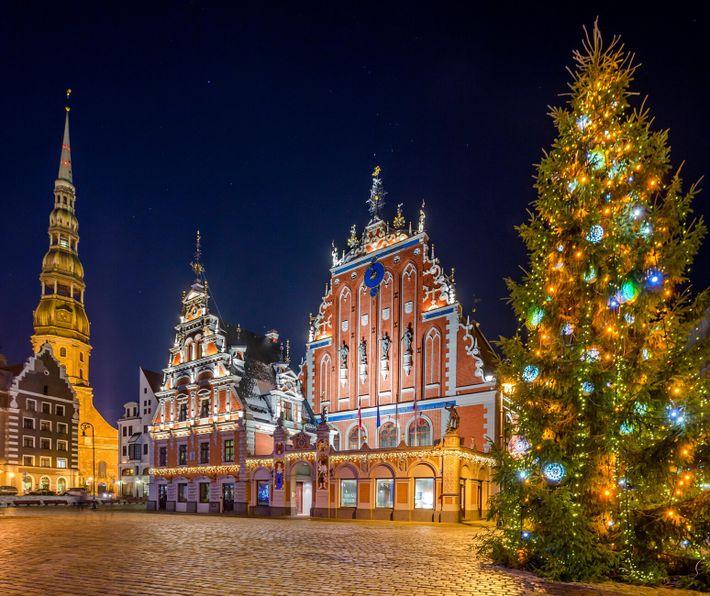 Un sapin de Noël domine la place de l'église Saint-Pierre à Riga, en Lettonie.