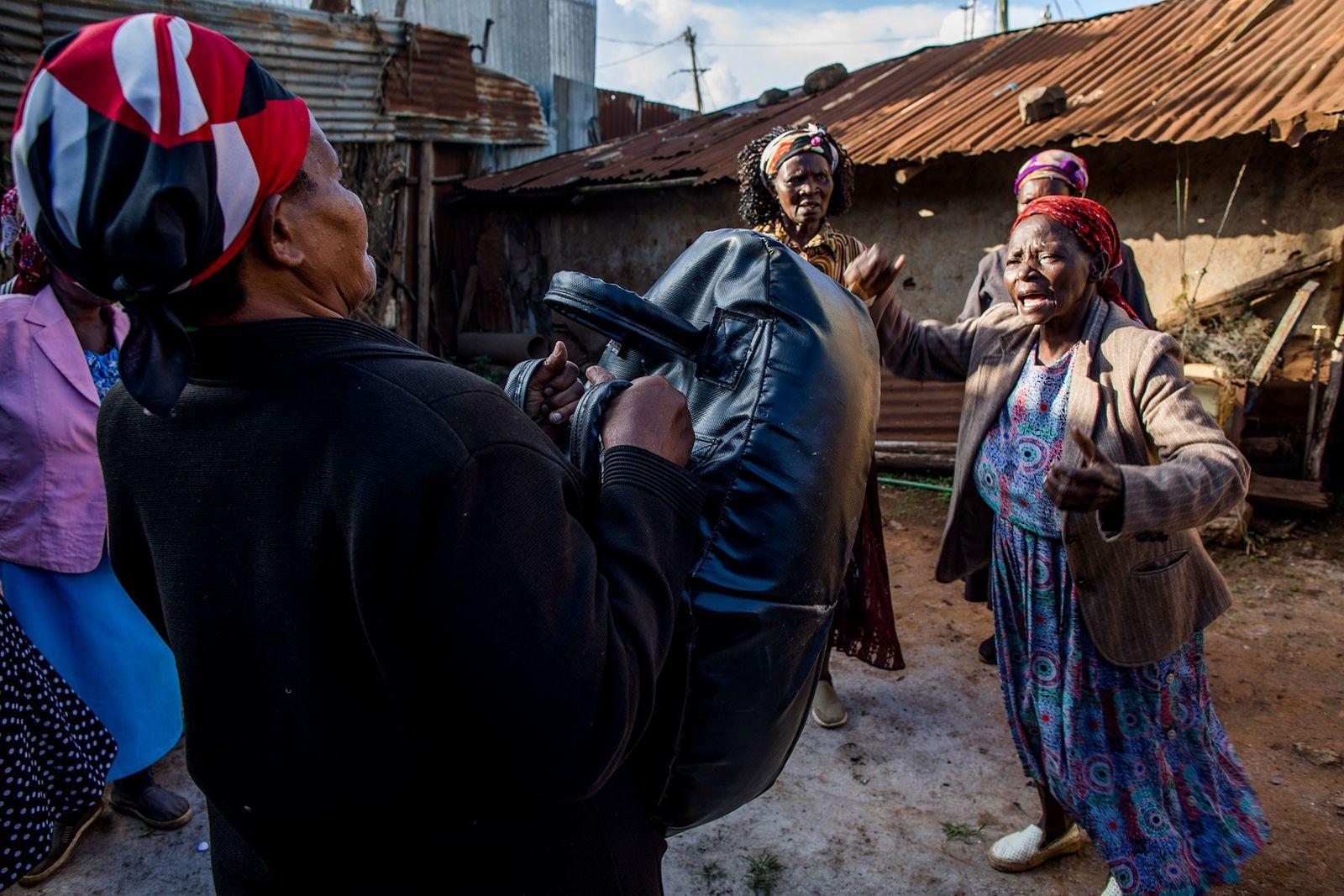Beatrice Nyariara et ses camarades de classe répètent leurs mouvements d'auto-défense, en frappant un punching-ball et ...