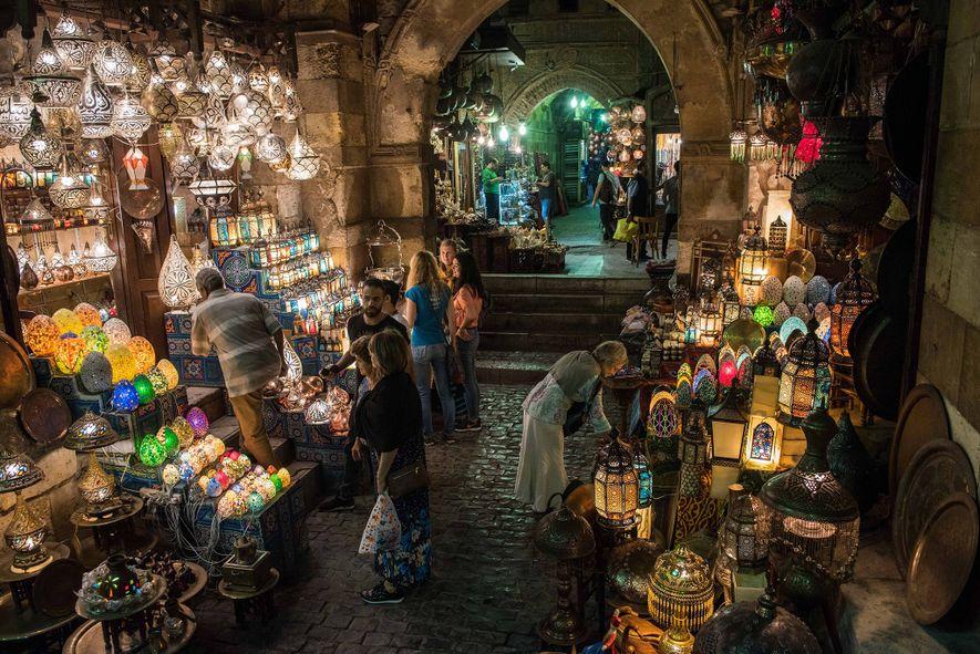 Le sinueux souk Khan El-Khalili est connu pour ses bijoux, ses lanternes et autres babioles.