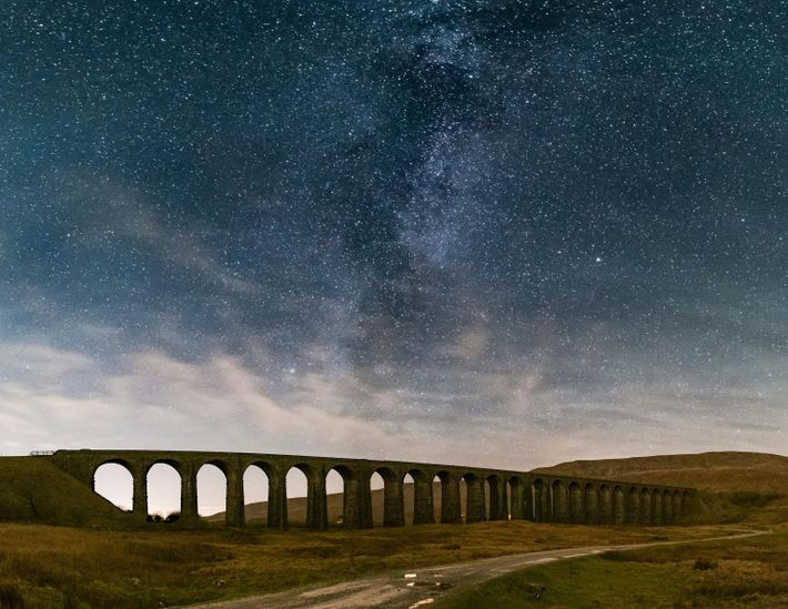 La Voie Lactée s'élève au-dessus du viaduc historique de Ribblehead dans le Yorkshire du Nord en ...