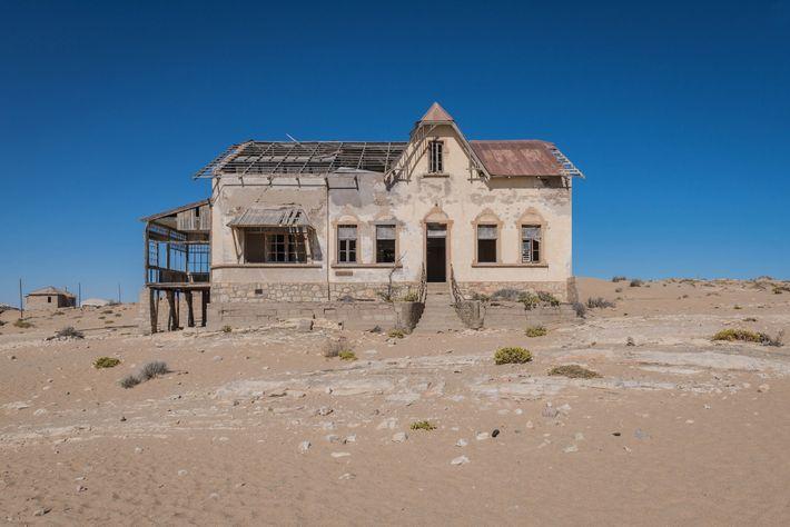 Rappel fascinant du temps qui passe, Kolmanskop elle-même est en train de disparaître dans le désert.