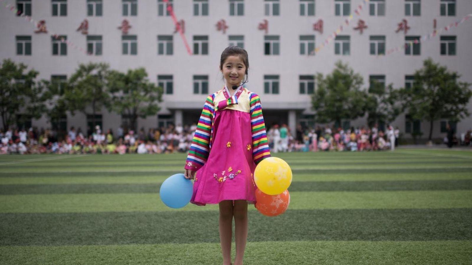 À Pyongyang, en Corée du Nord, Kim Song Jong, une petite fille de neuf ans, prend ...