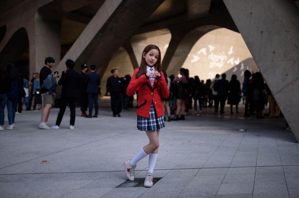 Pendant la Fashion Week de Séoul, en Corée du Sud, Yoon Hyerim, 10 ans, prend la ...