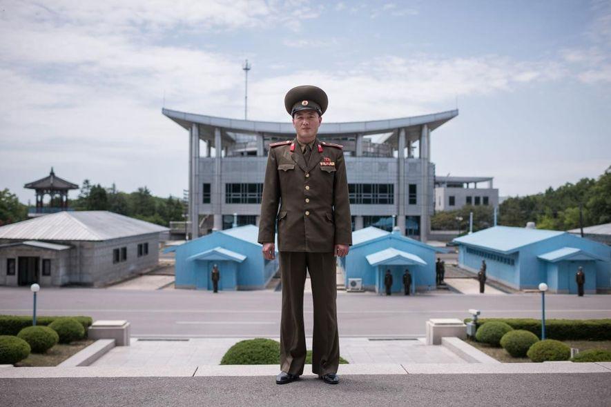 Le lieutenant Kim, soldat de l'Armée populaire de Corée (KPA), prend la pose pour son portrait ...