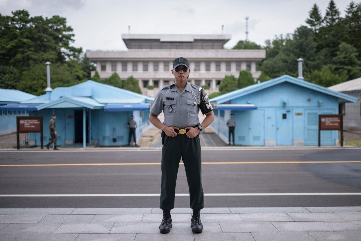 Du côté sud de Panmunjom, le caporal Woo, soldat de l'Armée de la République de Corée, ...