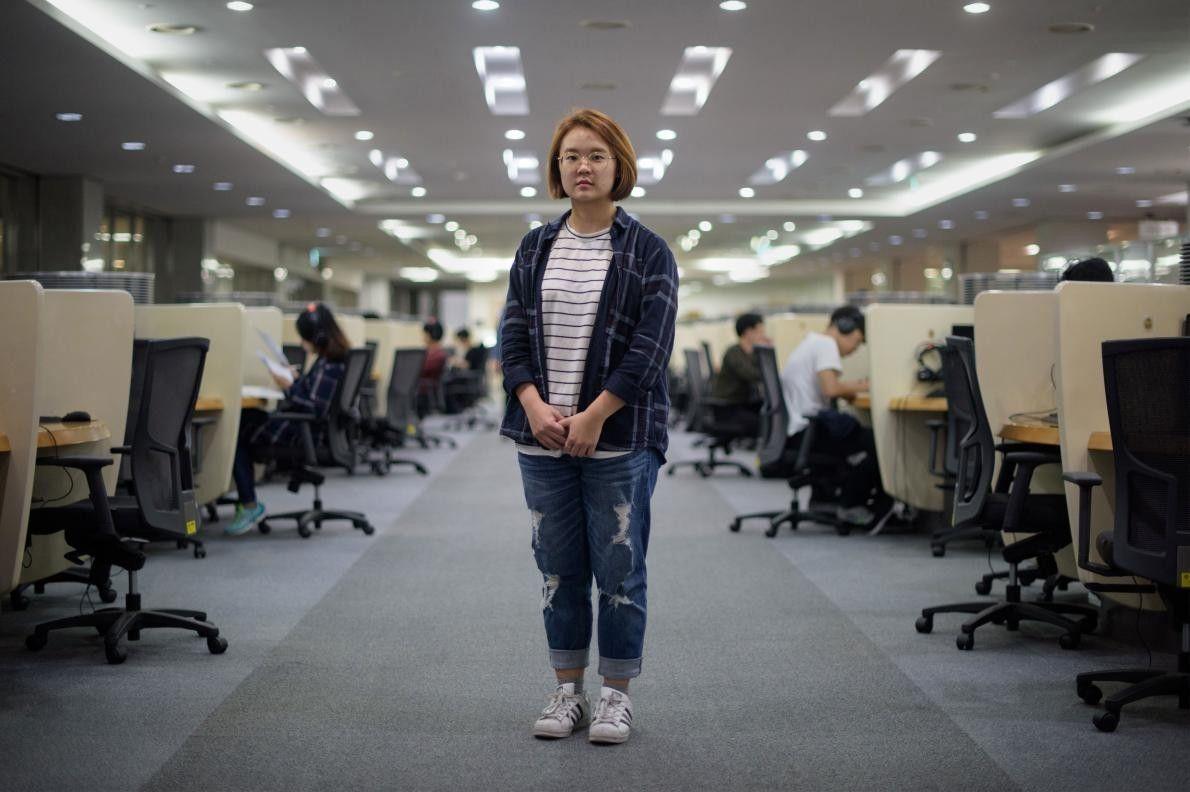 Jenni Lim, étudiante de 21 ans, prend la pose dans une salle informatique de l'université Yonsei ...