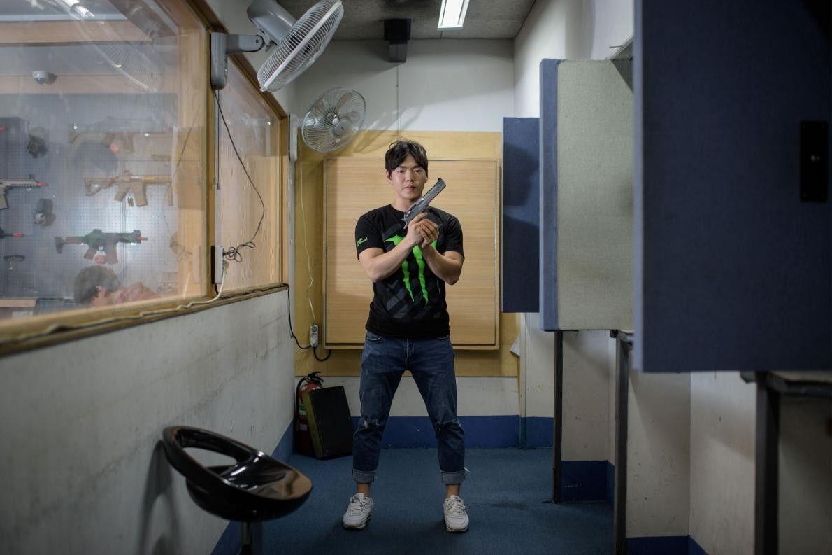 Lee Chi-yoon, instructeur de tir sud-coréen, pose avec un pistolet au stand de tir de Mokdong, ...