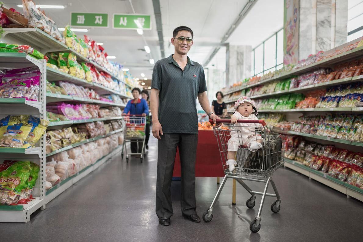 Han Gwang Rim, 34 ans, pose aux côtés de sa fille Su Ryon dans un supermarché ...