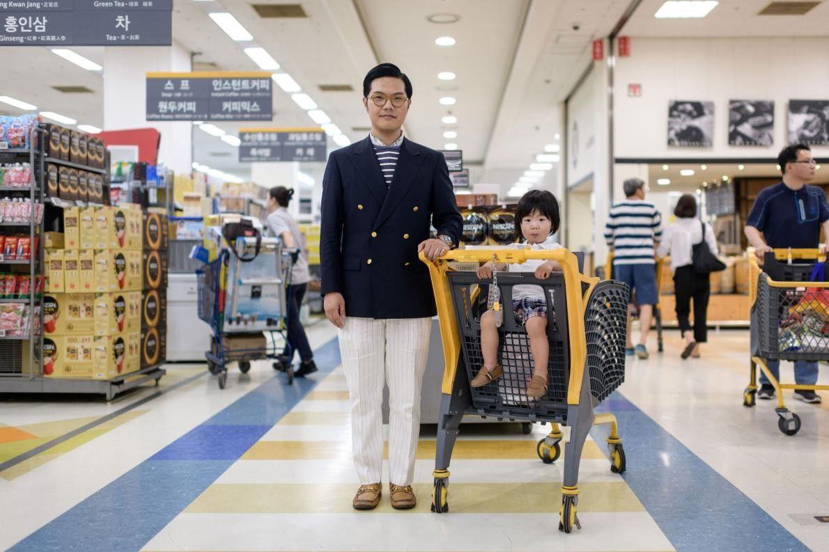 Hong Sung-cho, 35 ans, pose aux côtés de son fils Hong Jinu, âgé de 2 ans, ...