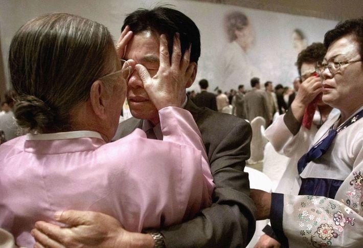 En août 2000, une femme sud-coréenne touche le visage de son fils nord-coréen lorsqu'elle le voit ...