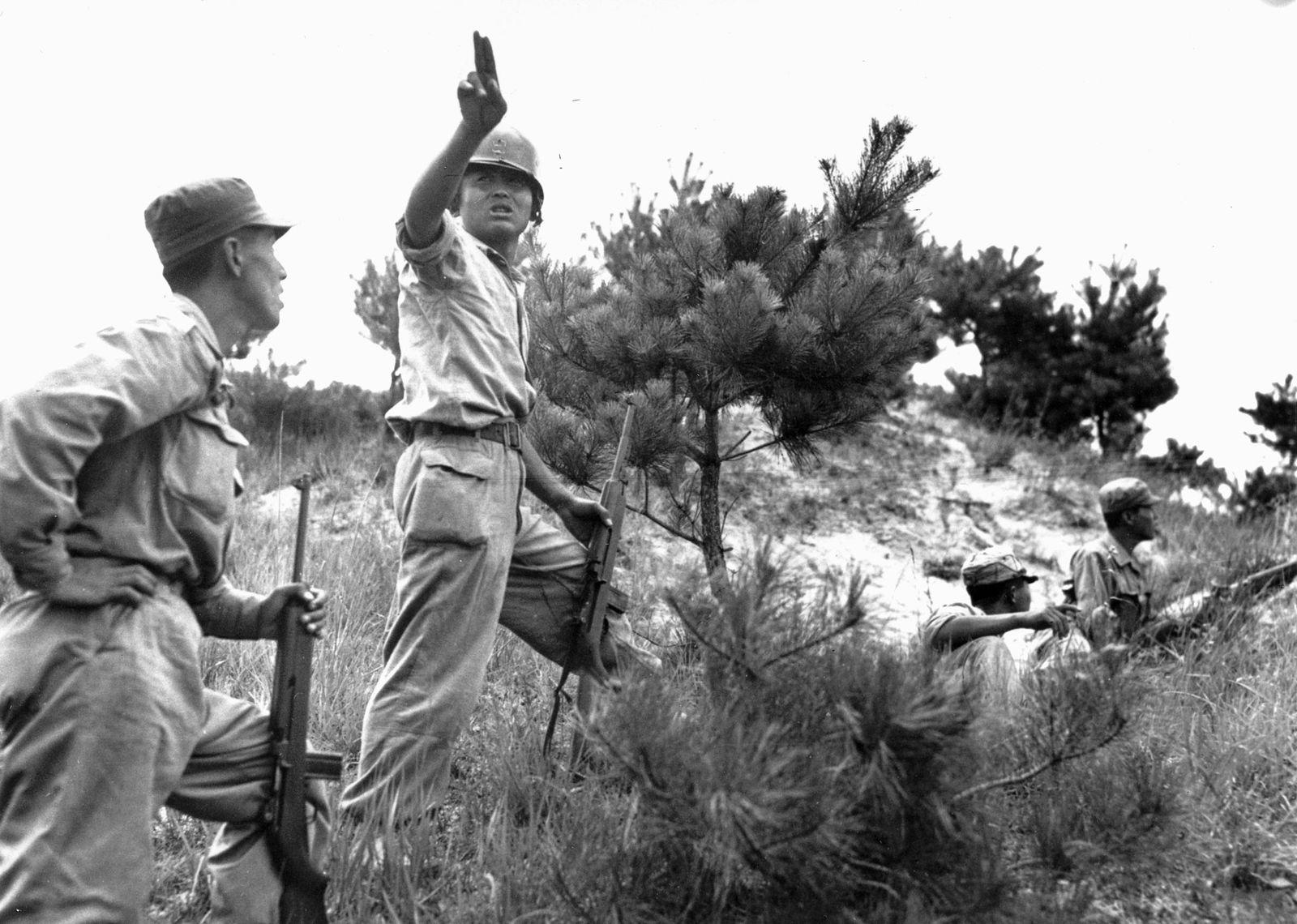 Un officier d'infanterie sud-coréen dirige les troupes sur les lignes de frontle 10 août 1950. Le ...