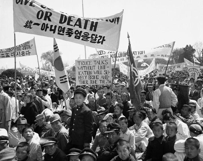 Le 26 avril 1953, des hommes, des femmes, des garçons et des soldats se tiennent sous ...