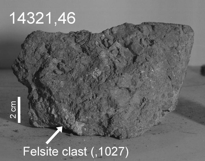 Une flèche marque la partie de couleur claire, ou clast de felsite, de 14321 que les ...