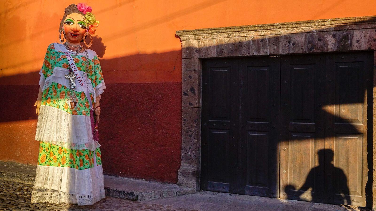 Un marionnettiste et sa mojiganga géante prennent la pause dans une ruelle de San Miguel de ...