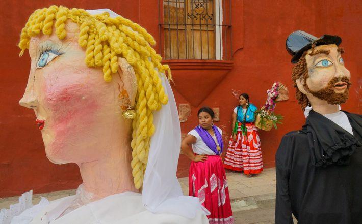 Les danseurs et leurs marionnettes de papier mâché se rassemblent dans les rues d'Oaxaca, au Mexique, ...