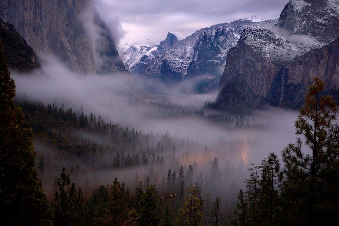 Yosemite Valley, fin novembre 2006. La scène a été éclairée par la lune. La photo a ...