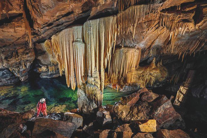 Dans la Nouvelle Grotte de Križna, près de la doline Dihalnik, les voûtes dorées des coulées minérales fusionnent avec ...