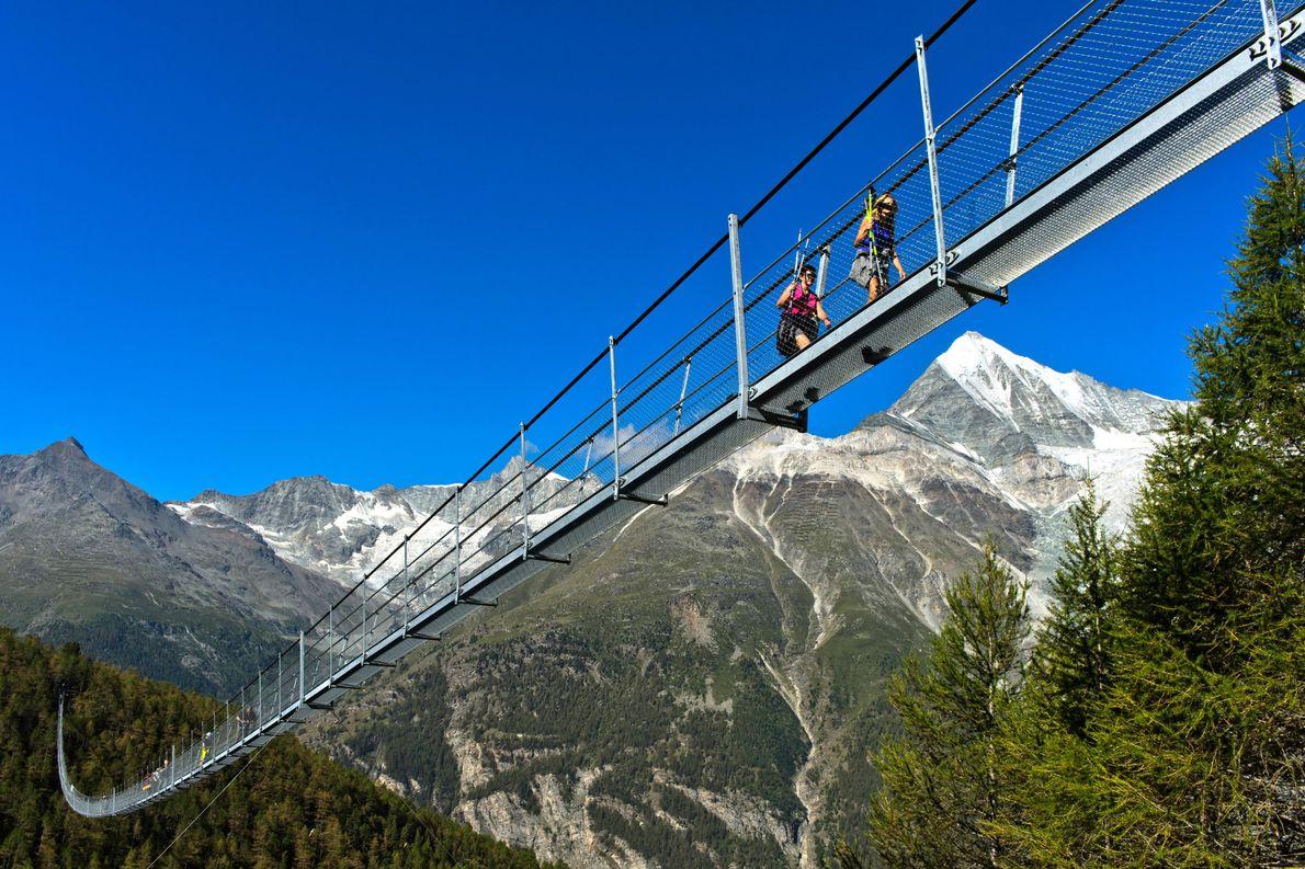Avec près de 500 mètres de long, le pont suspendu Charles Kuonen, situé à Zermatt, est ...