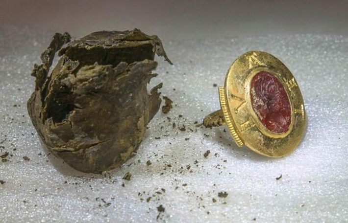 Au cours des fouilles, les chercheurs ont découvert cet anneau sigillaire qui comporte une intaille précieuse ...