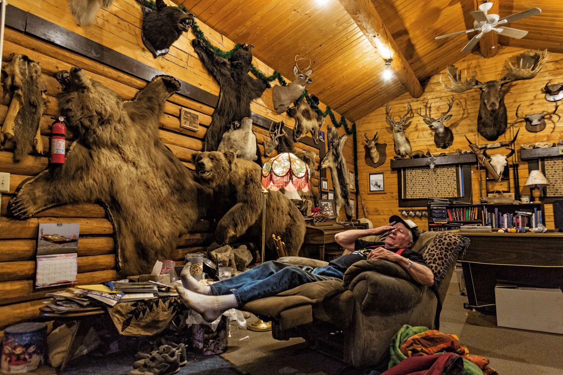 Le guide de chasse et pilote Ray Atkins se détend dans sa cabane, non loin du ...