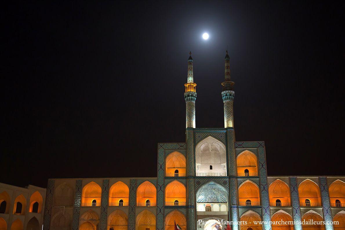 La symétrie parfaite de la mosquée Amir Chakhmaq Complex
