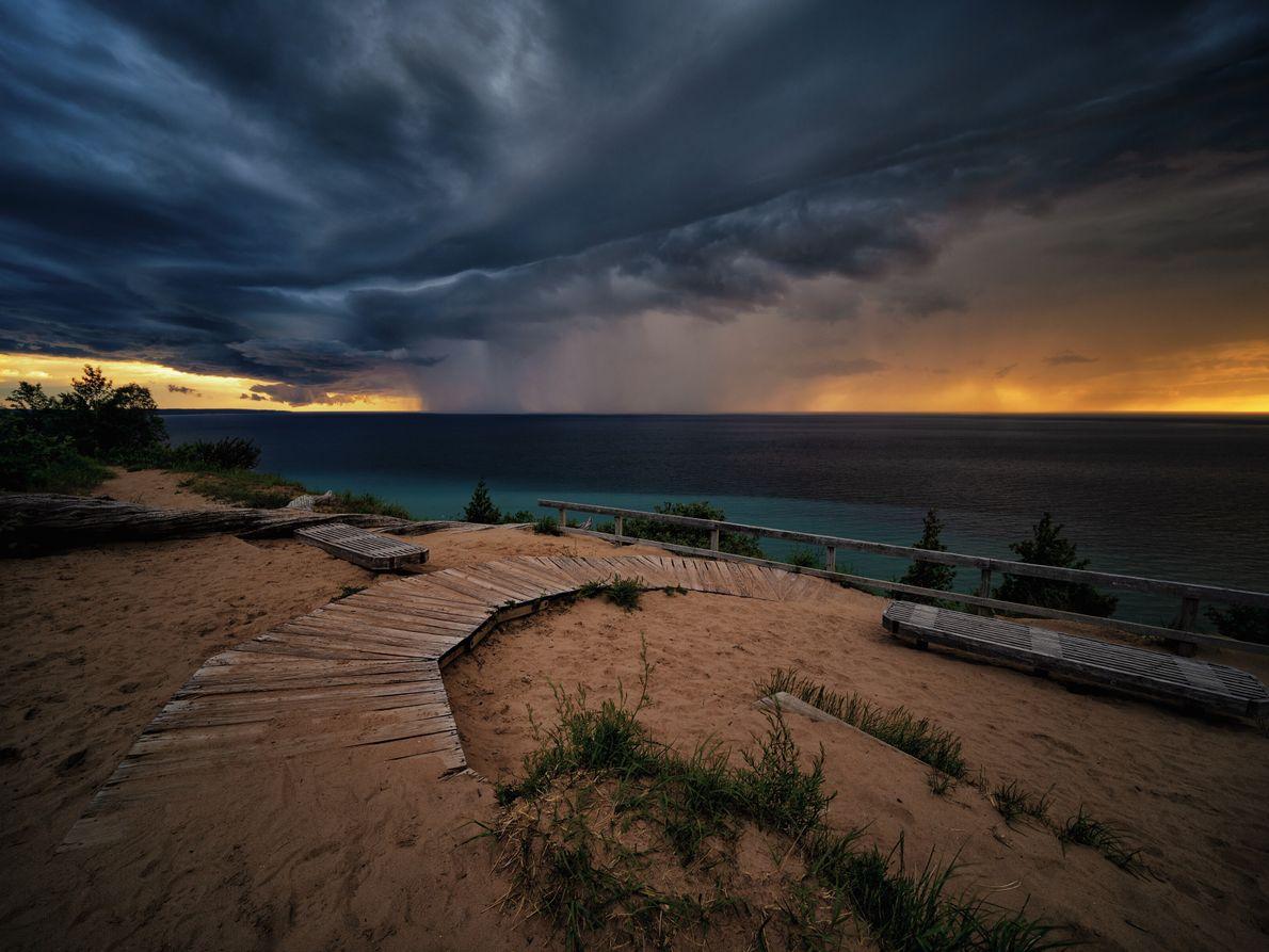 Protéger une merveille de la nature. Empire, Michigan, États-Unis. Au coucher du soleil, des nuages d'orage déversent ...