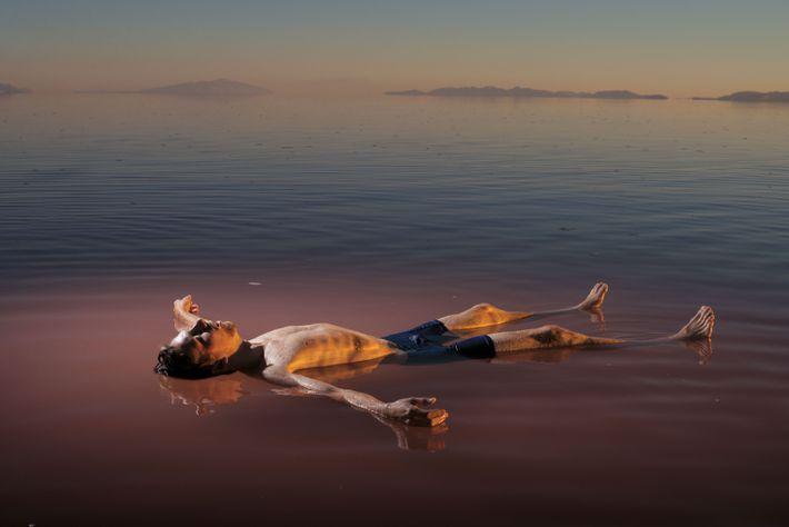 Un baigneur se laisse flotter dans la partie nord du Grand lac salé encore en eau. ...