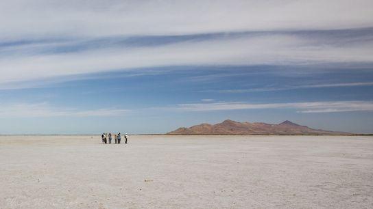 Les écologistes explorent la rive sud, totalement desséchée, du Grand Lac Salé, dans l'Utah aux Etats-Unis. ...