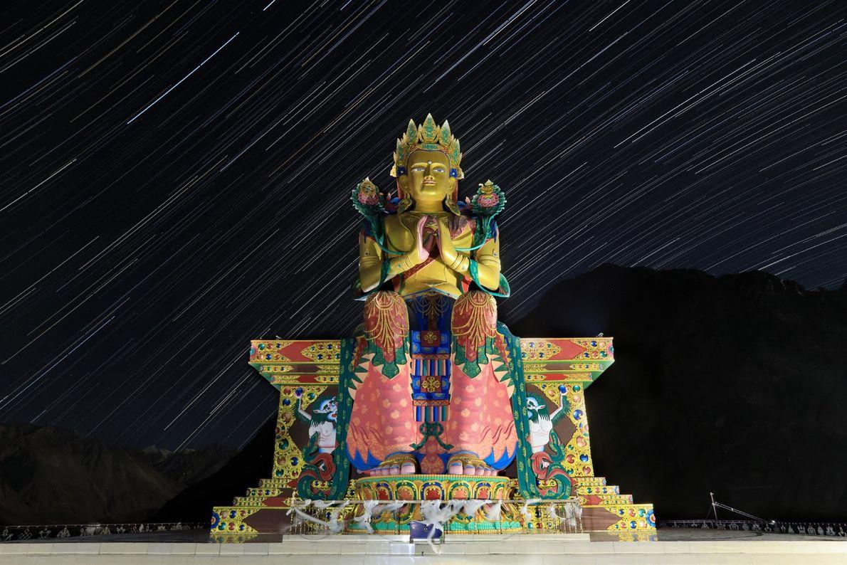 Le fond étoilé fait ressortir les 32 mètres de la statue de Jampa Buddha installée au ...