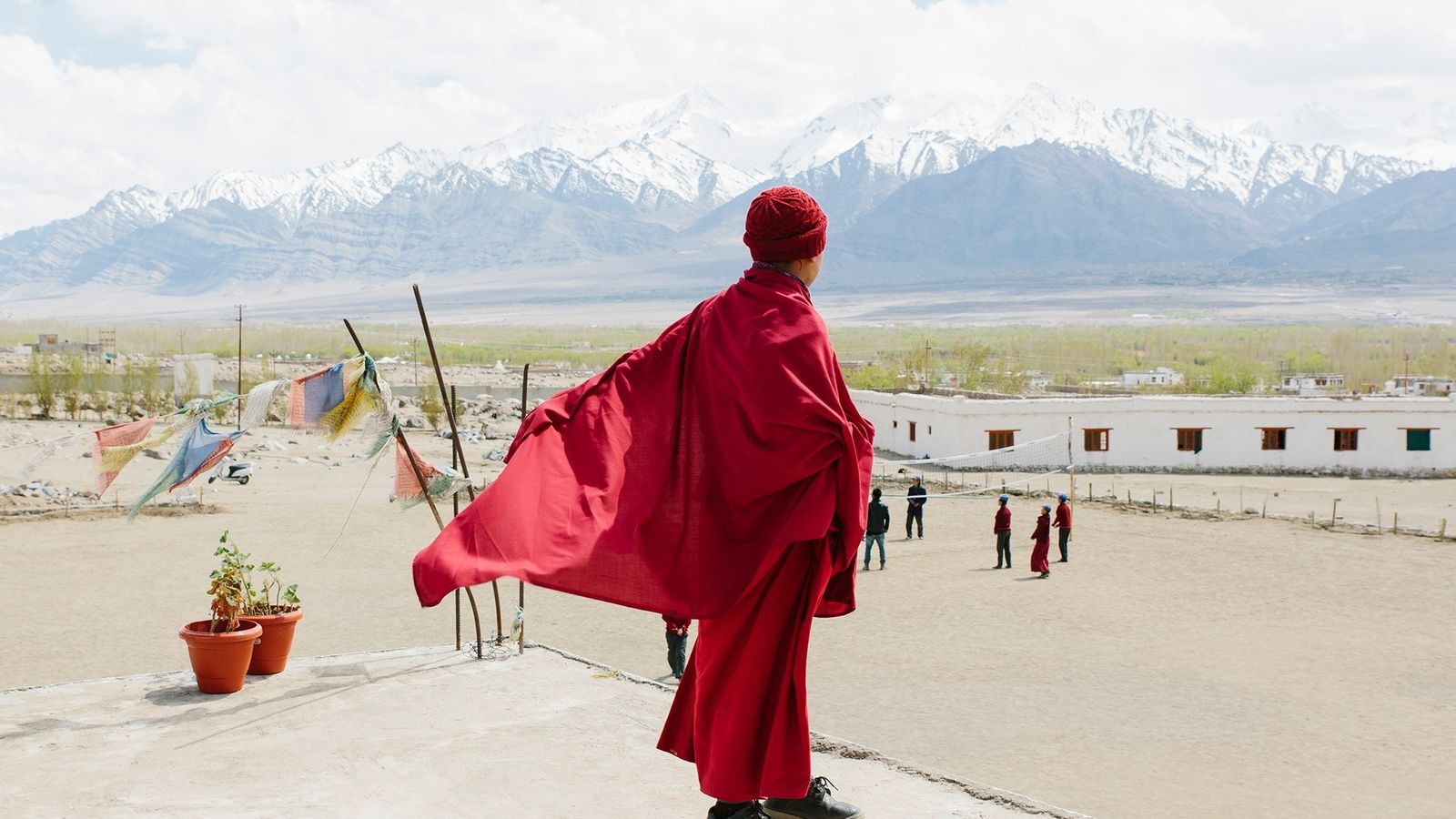 À Leh, plus grande ville de la région du Ladakh, des drapeaux de prière accueillent les ...