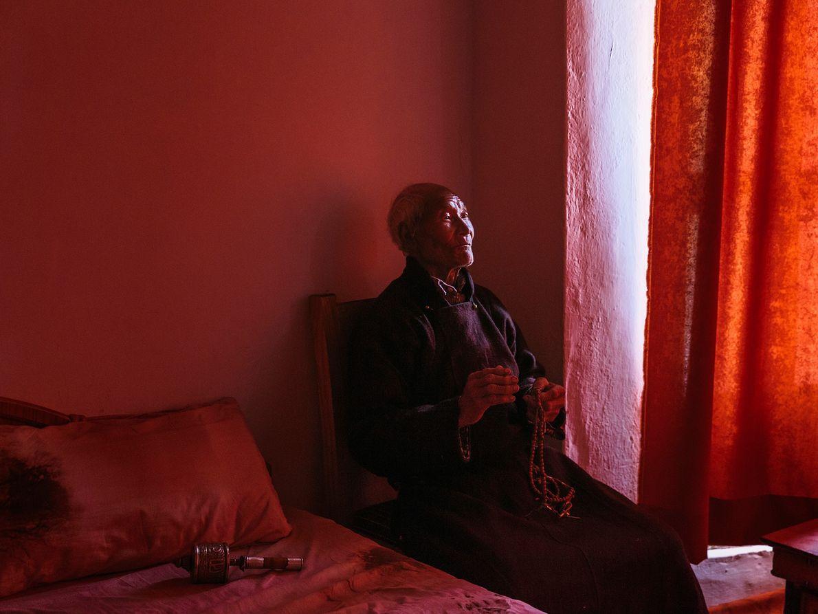 Dans le Ladakh, en Inde, le moine Meme Lay pose près d'une fenêtre pour son portrait.