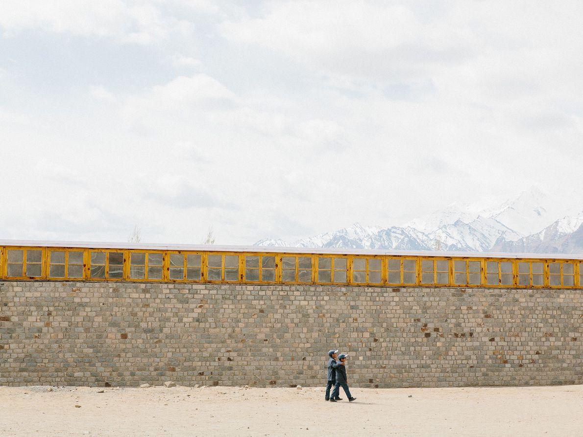 À Shey, dans le Ladakh, ces deux compagnons rentrent de l'école bouddhiste tibétaine.