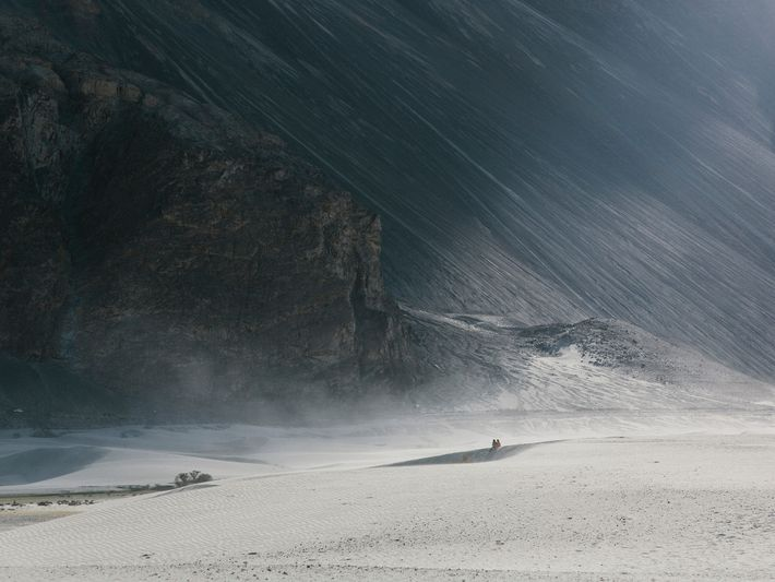 Un couple s'imprègne des paysages lunaires, comme venus d'un autre monde, du Ladakh, en Inde.