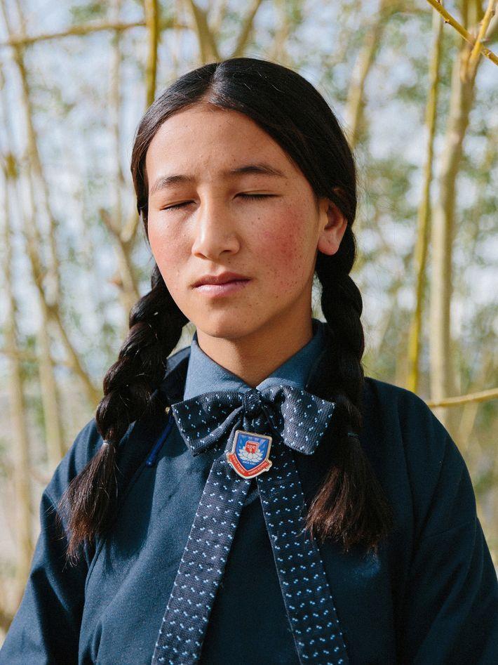 À l'école Druk White Lotus, une jeune élève s'adonne à la méditation. Dans le Ladakh, les ...